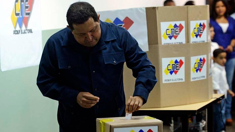 Hugo Chávez vota durante a eleição presidencial, em Caracas, Venezuela