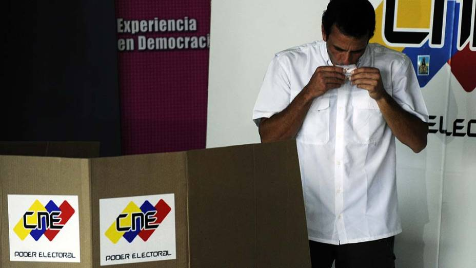Henrique Capriles vota durante a eleição presidencial, em Caracas, Venezuela
