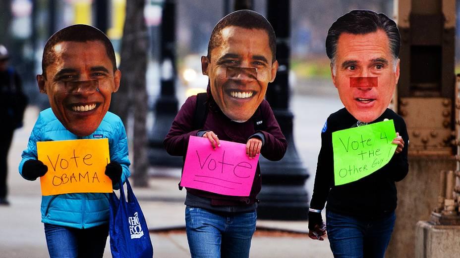 Eleitores mascarados fazem campanha por Obama em Chicago, Illinois. À direita, Romney mostra no cartaz a frase: Vote no outro cara!