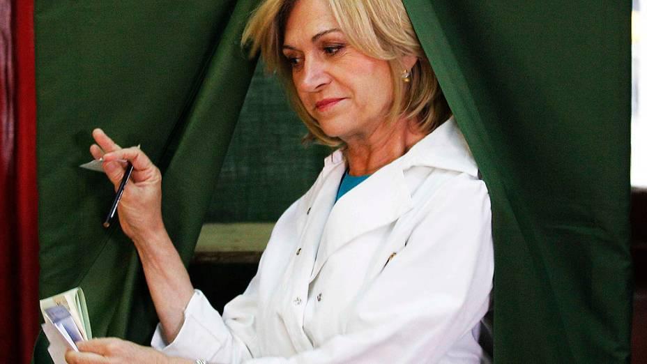 A candidata Evelyn Matthei durante a votação em uma seção eleitoral em Santiago, neste domingo (17)