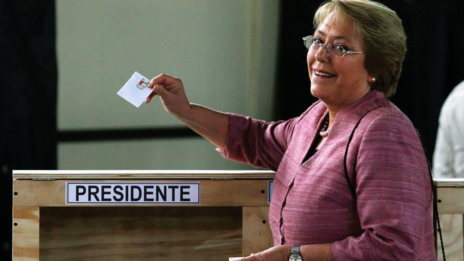 Michelle Bachelet durante a votação em uma seção eleitoral em Santiago, neste domingo (17)