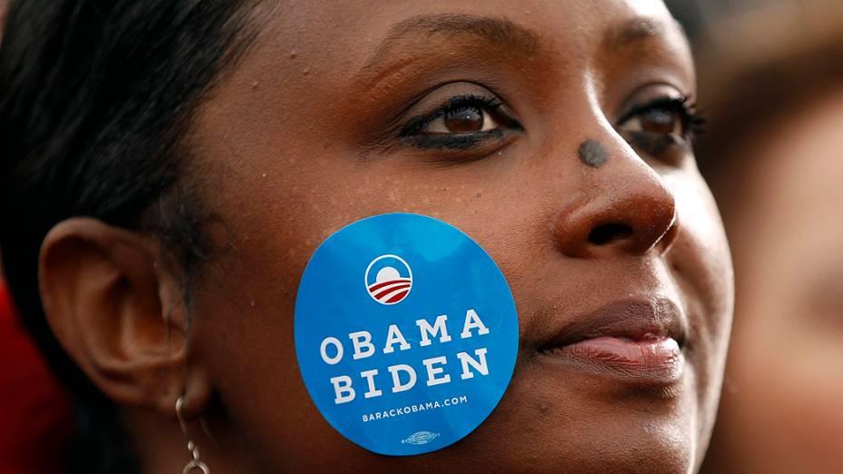 Partidária de Barack Obama assiste comício, em Denver, Colorado
