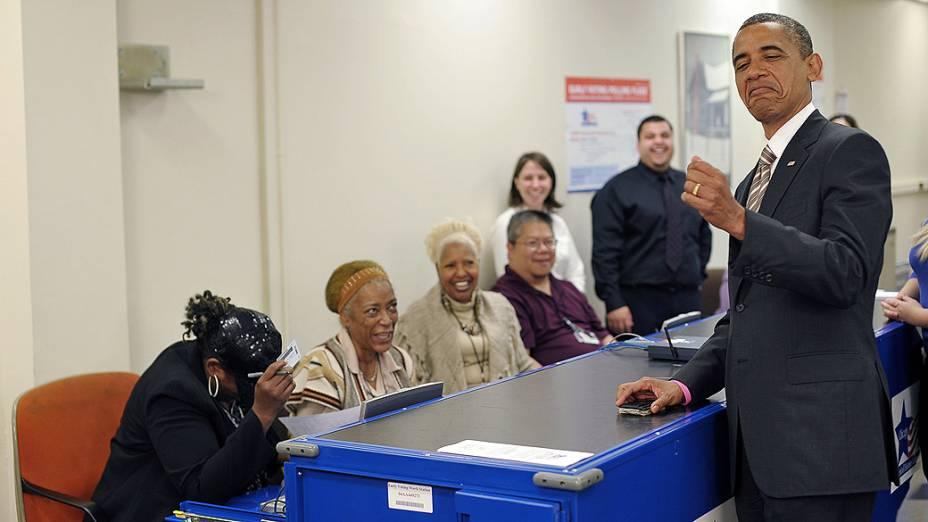 Barack Obama brinca com mesárias antes de votar, em Chicago. O Presidente americano utilizou-se do recurso de voto antecipado, autorizado em vários estados