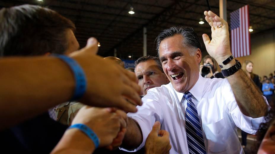 Mitt Romney cumprimenta partidários, em Ohio