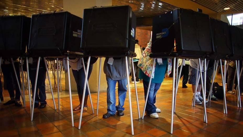 Eleitores votando em Miami, Flórida, durante eleição antecipada dos EUA