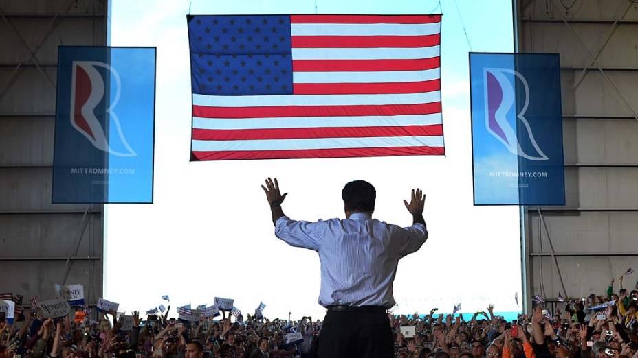 O candidato Mitt Romney em comício no Colorado