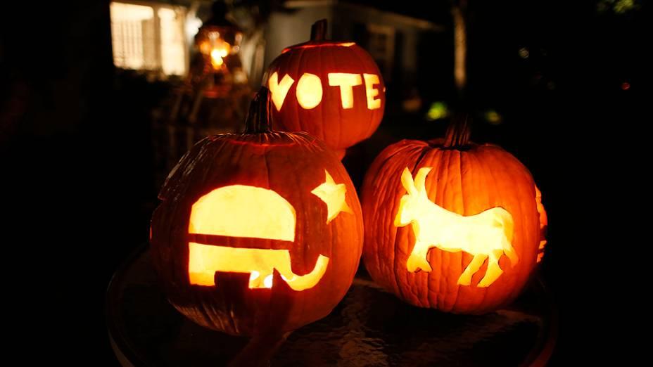Símbolos dos partidos republicano (elefante) e democrata (jumento) dos Estados Unidos são esculpidos em abóboras na noite de Halloween em Santa Mônica, na Califórnia