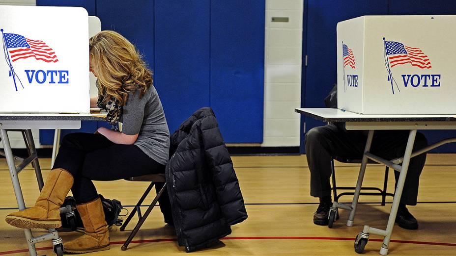 Eleitores votam em Alexandria, Virginia, nos Estados Unidos