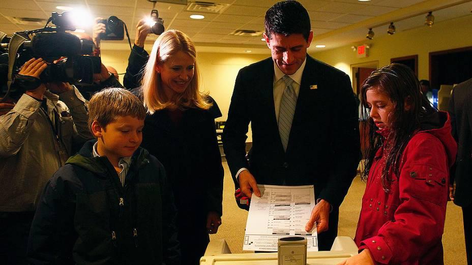 Acompanhado da mulher e filhos, candidato republicano a vice-presidente, Paul Ryan, votou em Janesville nesta terça-feira (6)