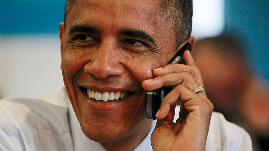 O presidente Obama chama voluntário em escritório de campanha em Chicago, Illinois