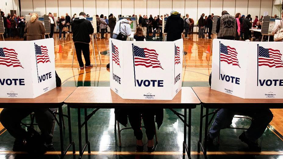 Americanos votam em colégio eleitoral, na cidade de Sterling Heights, no estado de Michigan