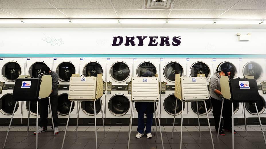 Americanos votam em uma lavanderia na cidade de Chicago, Illinois