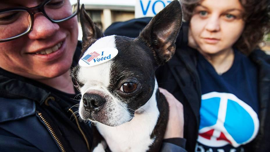 Casal leva seu cachorrinho para votar em sessão eleitoral de Milwaukee, Wisconsin, nos Estados Unidos
