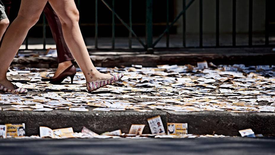 Lixo nas calçadas do Colégio Mackenzie, maior zona eleitoral de São Paulo