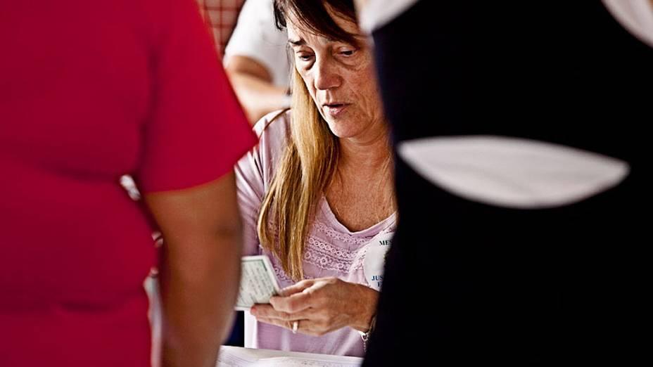 Eleitores votam no colégio Mackenzie, maior zona eleitoral de São Paulo