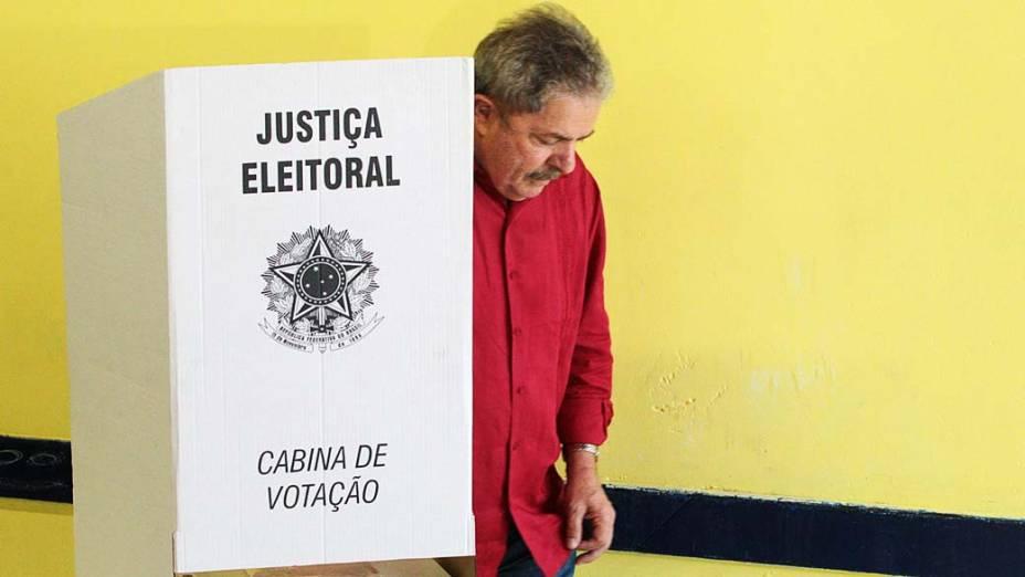 O ex-presidente Lula vota na Escola João Firmino, região do Grande ABC
