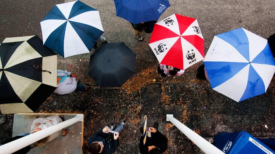 Eleitores enfrentam a fila e a chuva para votar na Flórida