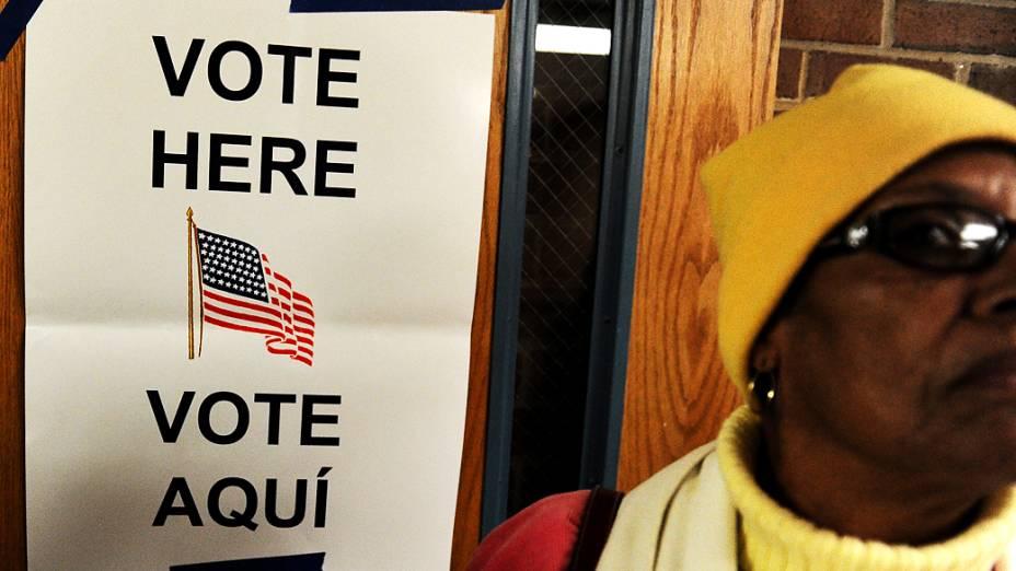 Pessoas aguardam para votar em Alexandria, Virginia