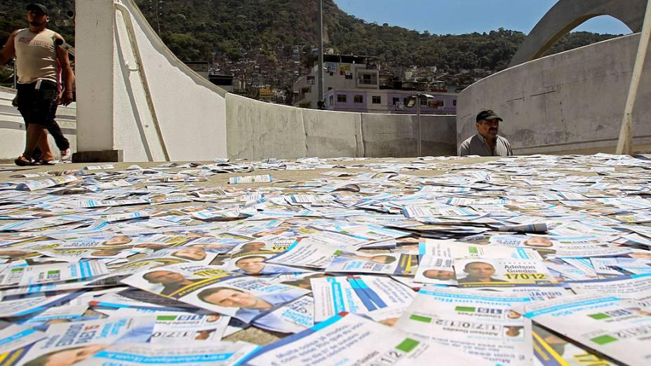 Panfletos de candidatos espalhados em frente a um colégio eleitoral, no Rio de Janeiro
