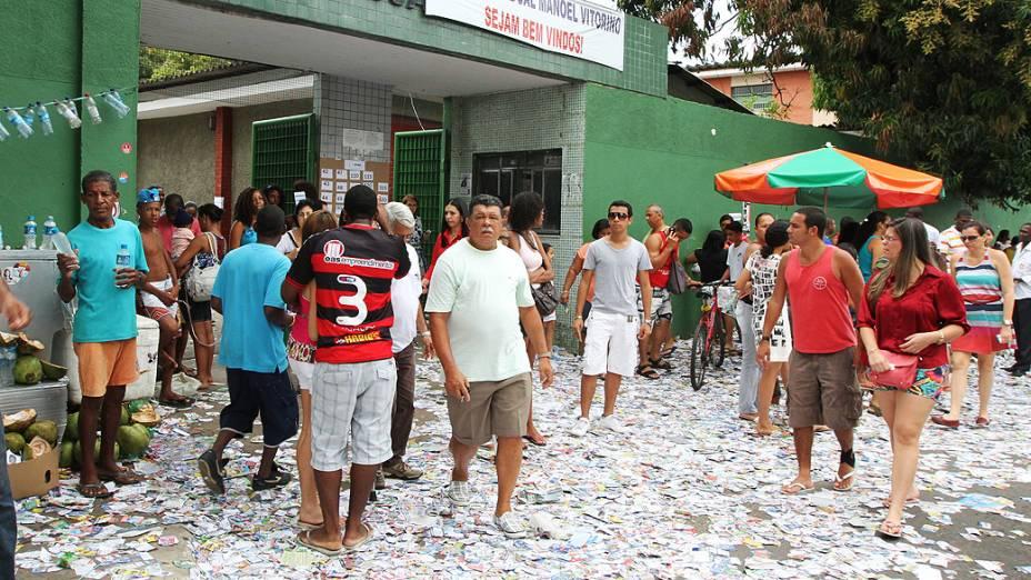 Propaganda eleitoral jogados em frente ao colégio estadual Luiz Vianna, em Salvador