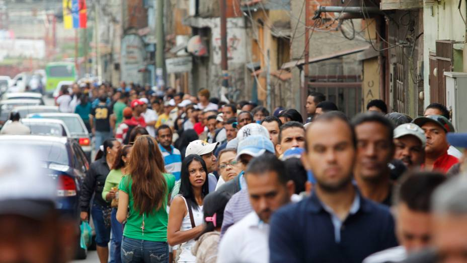 Cerca de 19 milhões de venezuelanos decidem quem será o líder do país nos próximos seis anos