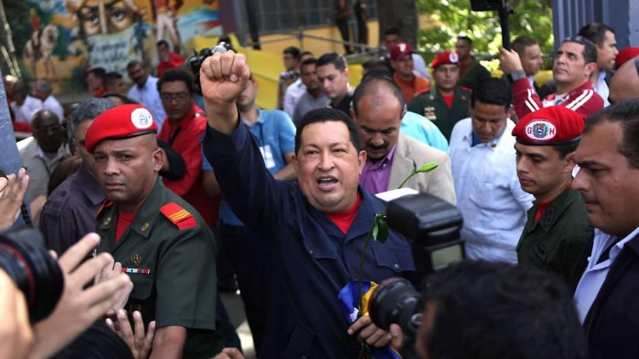 Hugo Chávez acena ao chegar ao local de votação em Caracas, Venezuela