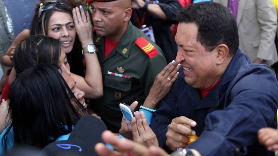 Hugo Chávez cumprimento eleitores na chegada ao local de votação em Caracas, Venezuela