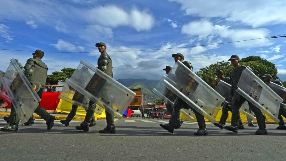 Membros da Milícia Bolivariana marcham por uma rua de Caracas no dia da eleição presidencial na Venezuela