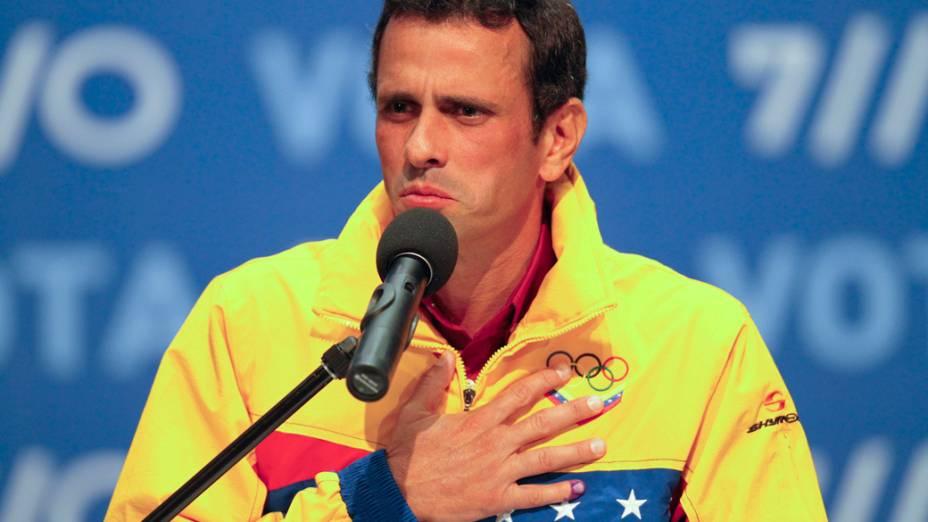 Candidato da oposição Henrique Capriles durante coletiva após os resultados da eleição confirmarem a vitória do atual presidente Hugo Chávez