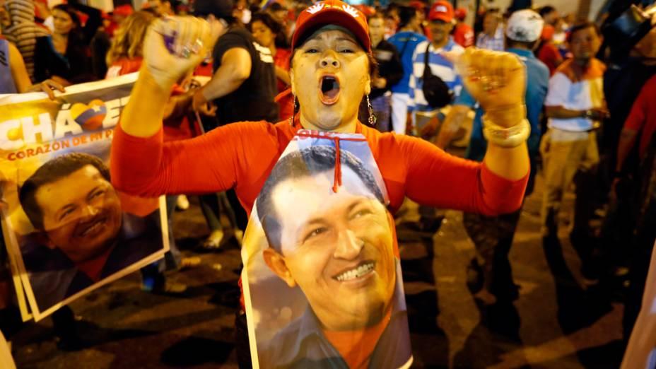 Partidários do presidente venezuelano Hugo Chávez se reuniram fora o Palácio de Miraflores para esperar os resultados das eleições presidenciais em Caracas