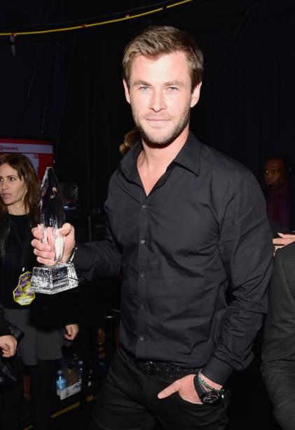 Eleito melhor ator de filme de ação, Chris Hemsworth recebe prêmio no  People's Choice Awards