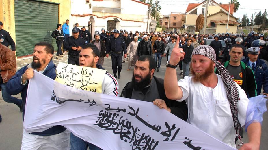 Em Argel, manifestantes Islâmicos entram em confronto com forças de segurança durante protesto contra a decisão do presidente Abdelaziz Bouteflika permitindo que caças franceses possam voar no espaço aéreo argelino