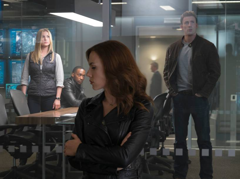 Emily VanCamp (Sharon Carter), Anthony Mackie (Falcão), Scarlett Johansson (Viúva Negra) e Chris Evans (Capitão América) em cena do filme Capitão América: Guerra Civil