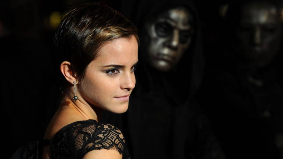 """Emma Watson posa para fotógrafos durante a pré-estréia de """"Harry Potter e as relíquias da morte: parte 1"""" no Leicester Square, em Londres"""