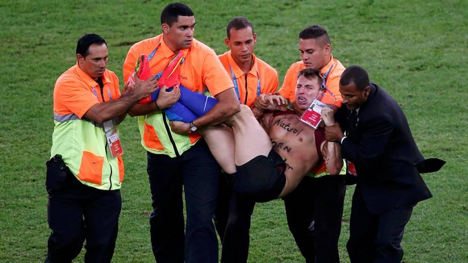 Torcedor invade campo durante partida entre Alemanha e Argentina