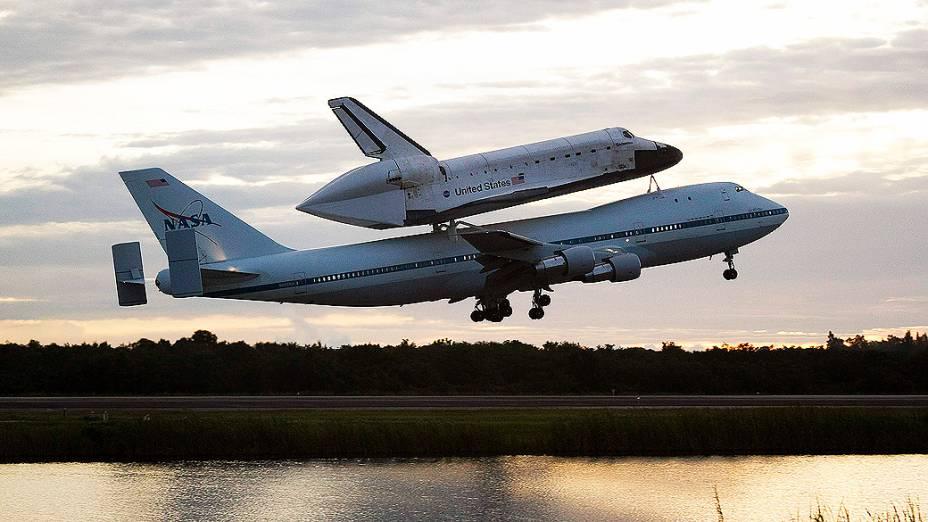 Endeavour começa viagem rumo à Los Angeles. Ônibus espacial é transportado acoplado a um avião