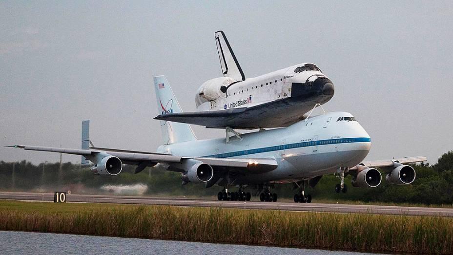 Ônibus espacial é transportado acoplado em um avião até Los Angeles e deverá fazer sobrevoos no Texas, na Califórnia e em Luisiana