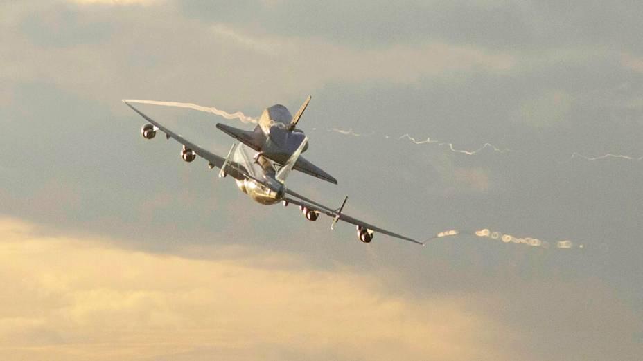 Endeavour faz último voo antes de virar peça de museu. O ônibus espacial Endeavour decolou hoje às 8h22 (horário de Brasília) do Kennedy Space Center, na Flórida, acoplado em um avião adaptado