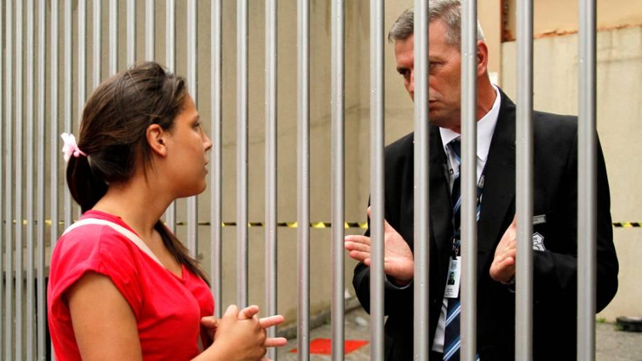 Candidata argumenta com segurança do prédio da Uninove, na zona Oeste de São Paulo, após o fechamento dos portões para as provas do Enem 2013 deste domingo