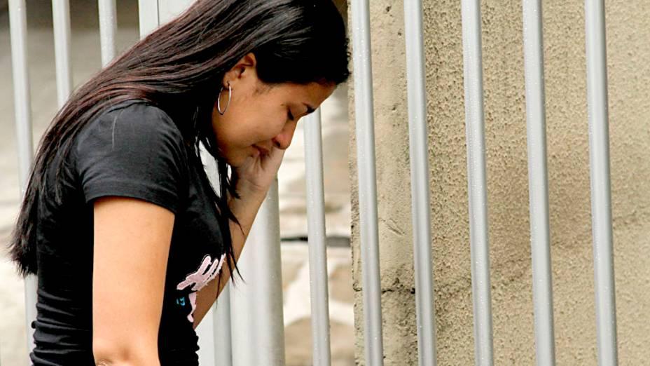 Estudante chora após chegar atrasada, neste domingo, ao local em que realizaria as provas do Enem 2013