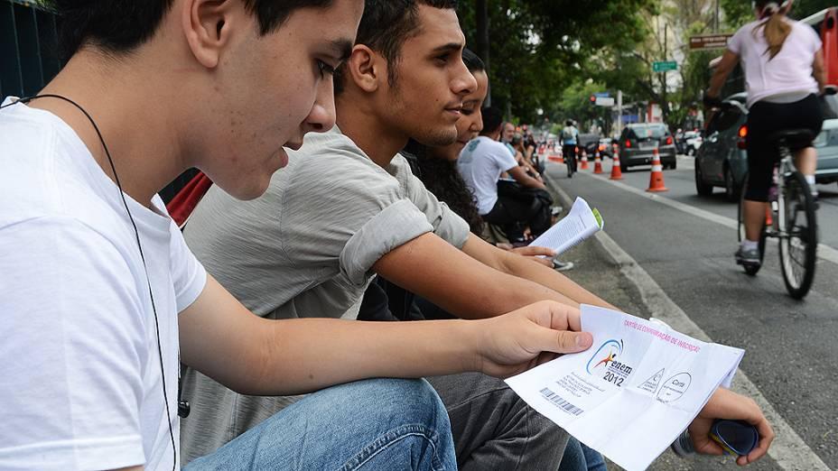 Estudantes antes do segundo dia de provas do Enem na Unip Vergueiro, em São Paulo