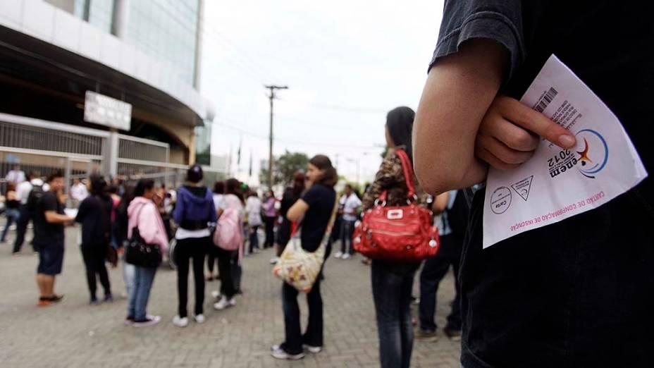 Estudantes aguardam o início da prova do Exame Nacional do Ensino Medio (ENEM) na faculdade Uninove, em São Paulo