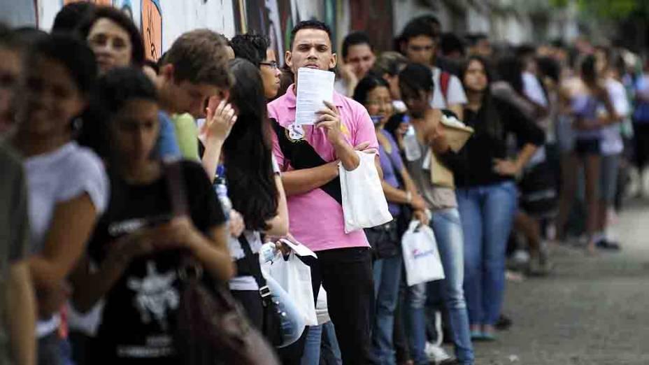 Estudantes antes do início da prova do Exame Nacional do Ensino Médio (ENEM) na Escola Estadual Central, em Belo Horizonte