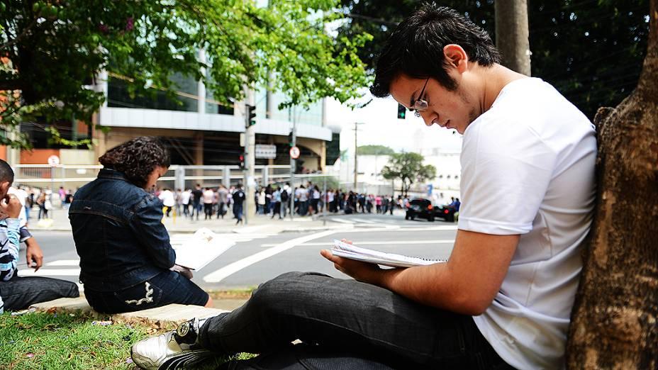 Leonardo Gabriel Da Silva aguarda o início da prova do Exame Nacional do Ensino Medio (ENEM) na faculdade Uninove, em São Paulo