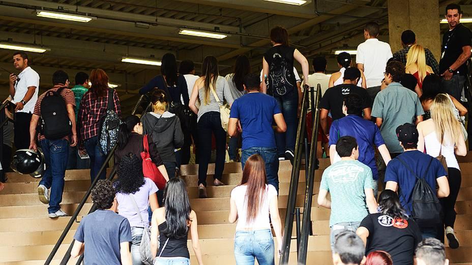 Entrada de estudantes nos últimos instantes antes do fechamento dos portões do Enem na Uninove, em São Paulo