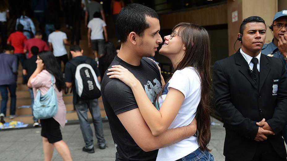 Casal de namorados antes do início da prova do Exame Nacional do Ensino Médio (ENEM) na Uninove, em São Paulo