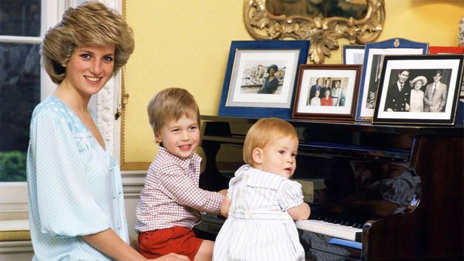 Princesa Diana com seus filhos príncipes William e Harry em 04/10/1985