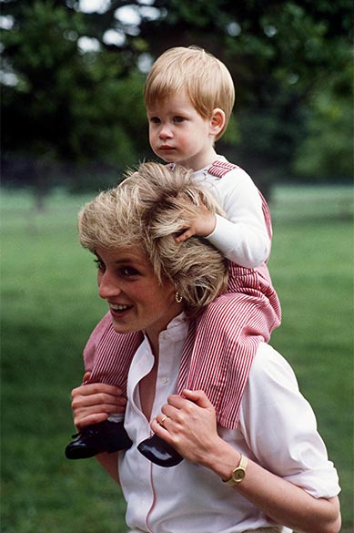 Príncipe Harry com sua mãe, princesa Diana, em 18/07/1986