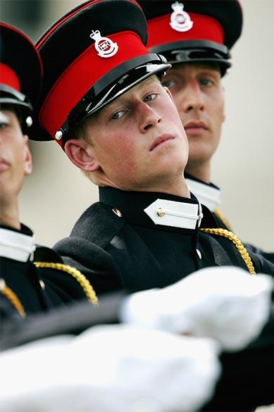 Príncipe Harry é visto ao lado de seus companheiros cadetes na Academia Militar Real, em junho de 2005, na Inglaterra