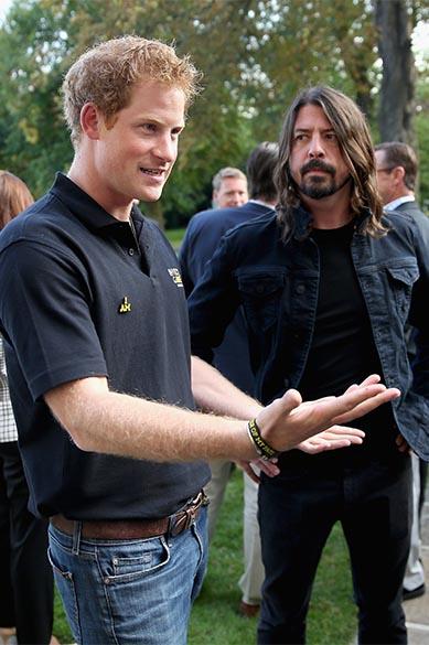 Príncipe Harry com o vocalista da banda Foo Fighters, Dave Grohl, em uma recepção do Invictus Game, na casa do embaixador americano, em Londres, Inglaterra